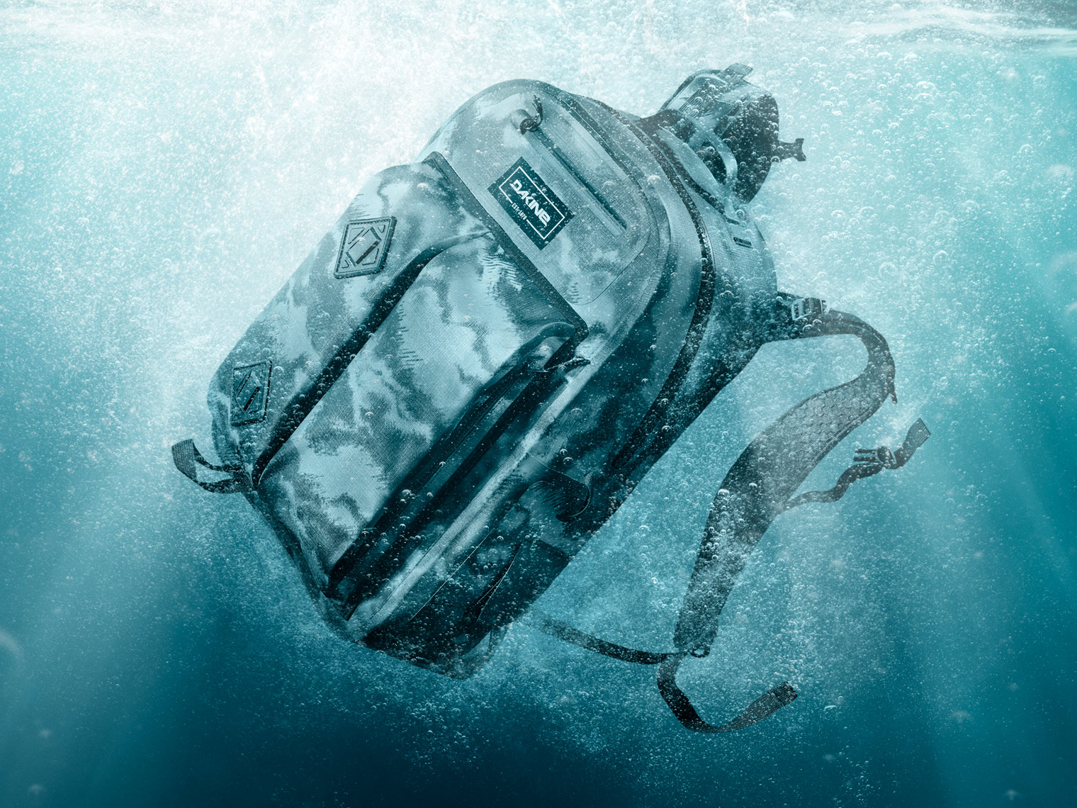 dakine-hydroseal-backpack-splashing-underwater-2